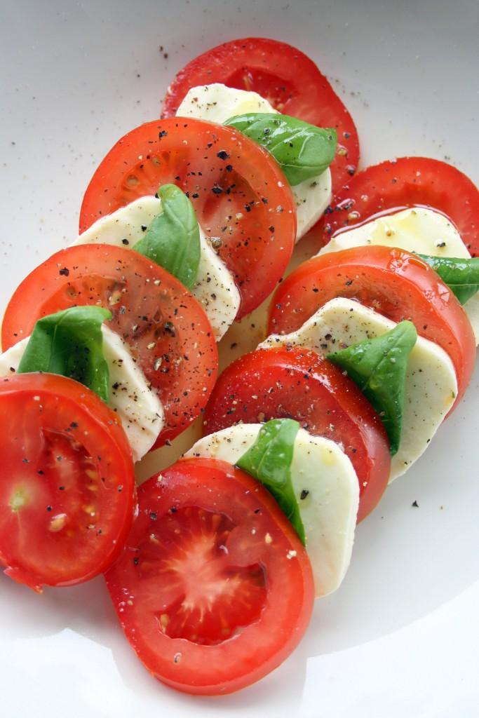 Tomat med mozzarella och basilika